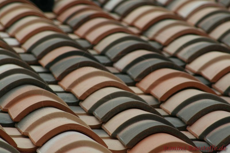 Nahaufnahme eines Daches mit braunen und dunklen mediterranen Ziegeln