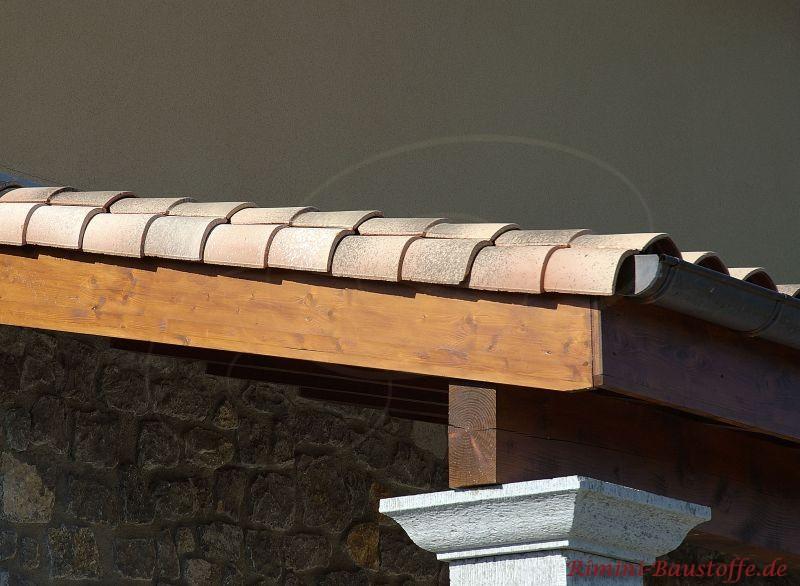 Nahaufnahme eines Ortgangs am Dachüberstand
