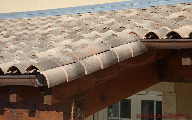 Nahaufnahme eines Ortgangs mit mediterranen Ziegeln und dunklen Holzbalken