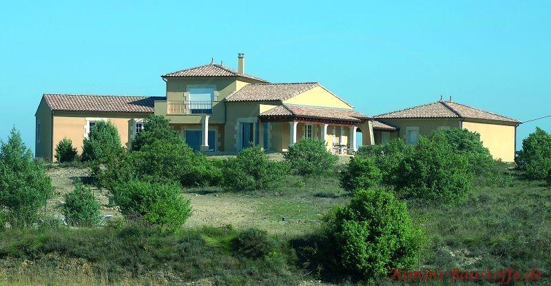 südländische Villa mit hellgelbem Putz auf einer Anhöhe