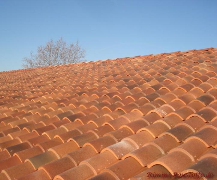 Nahaufnahme eines roten mediterranen Daches