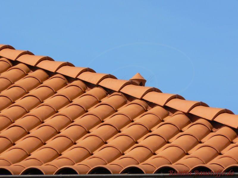 Nahaufnahme eines schönen roten Daches und des Grates