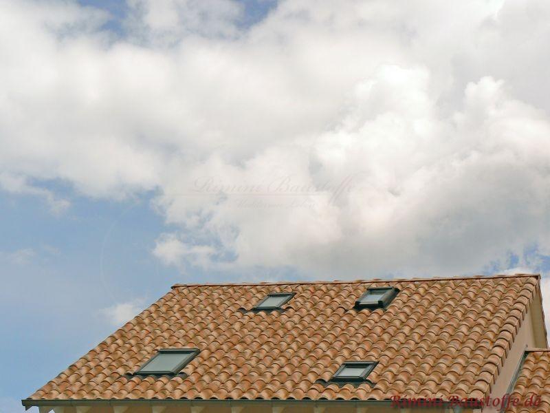 kleine Dachfläche mit mediterranen Dachziegeln und vier Dachfenstern