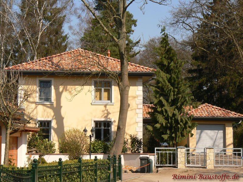 schöne Stadtvilla mit mehreren Gebäuden in hellen mediterranen Farben