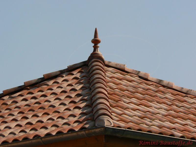 schönes mediterranes Zeltdach mit Zierspitze