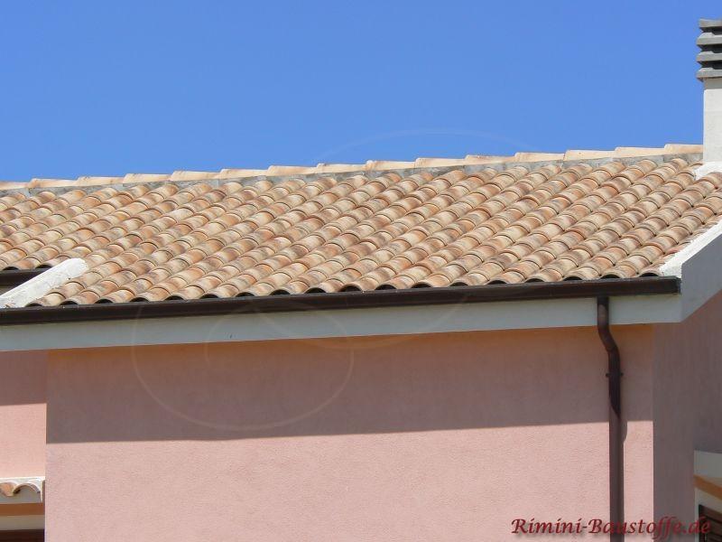 helle hautfarbene Putzfassde mit sehr schönem passenden Dach in hellem Braun-Beige
