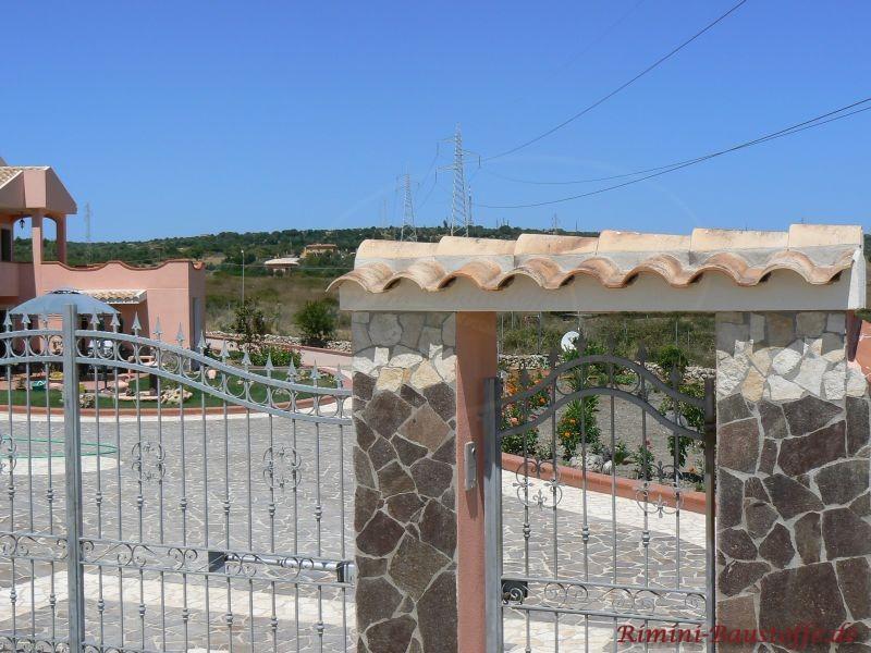 Mauerbereich im eingang mit den gleich Ziegeln ausgestattet wie auf dem Dach