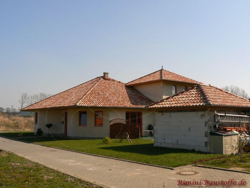 Haus in mediterranem Stil. Befindet sich in der Bauphase, schönes mediterranes Dach