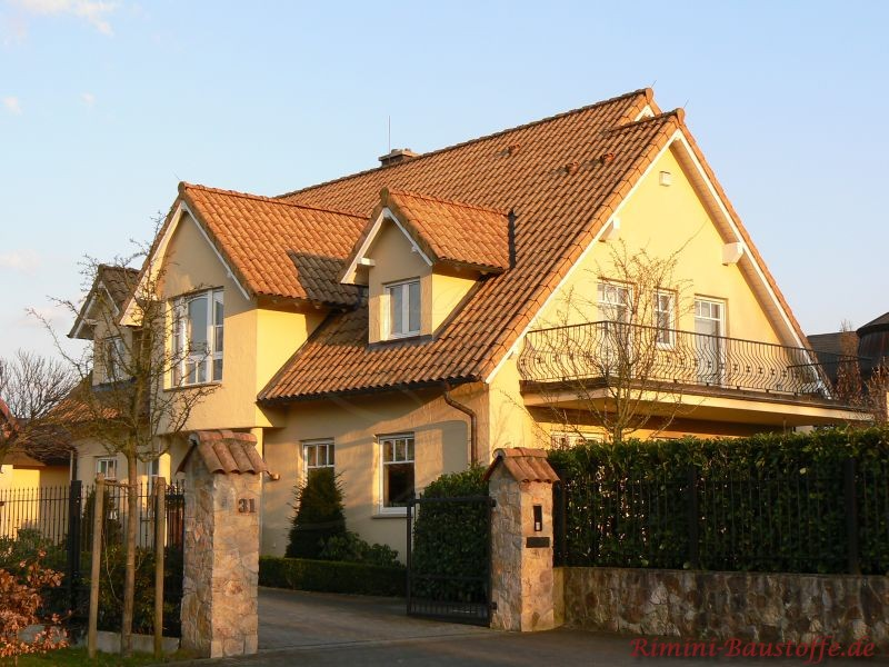grosses mediterranes Einfamilienhaus mit vielen Gauben