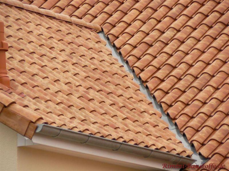 Nahaufnahme einer Kehle eines Daches. Schoene mediterrane Dachziegel in einem milden Rotton