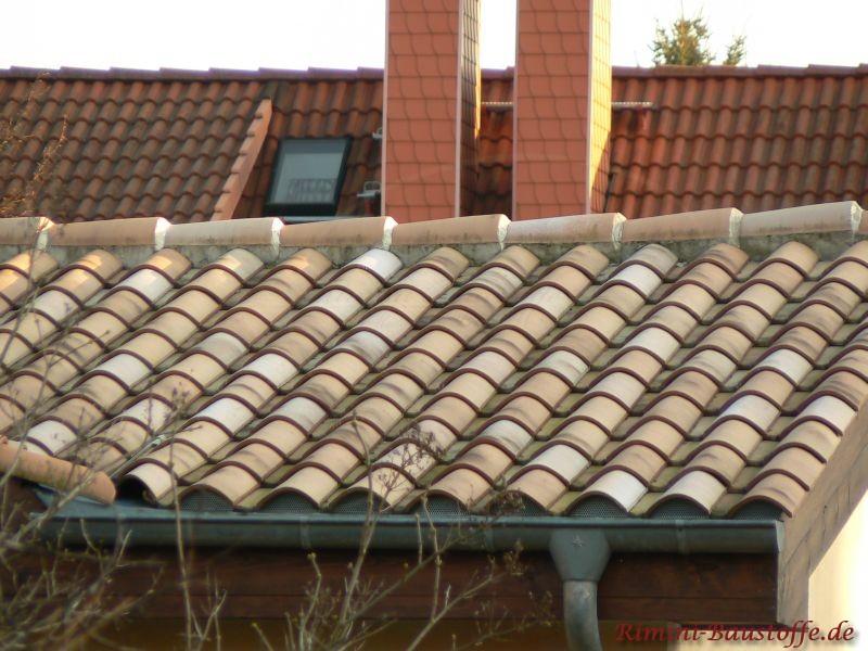 sehr mildes mediteranes Dach auf einer kleinen Gartenlaube