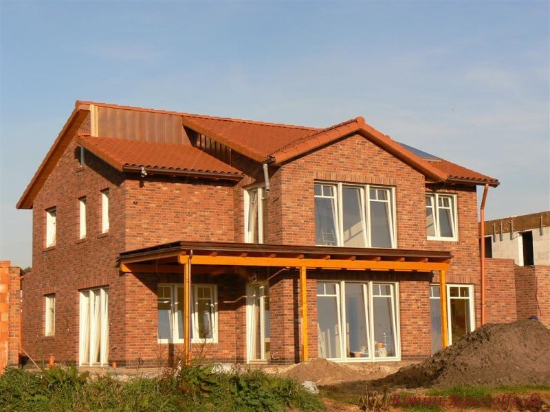 schoenes grosses Einfamilienhaus mit Klinker und passendem roten Dachziegel