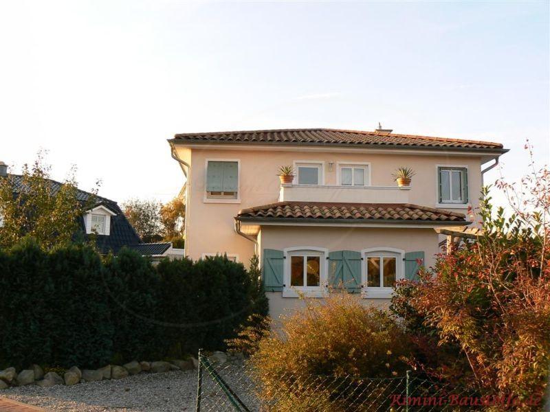 schoenes Einfamilienhaus mit Dachterrasse und milden gruenen Fensterlaeden