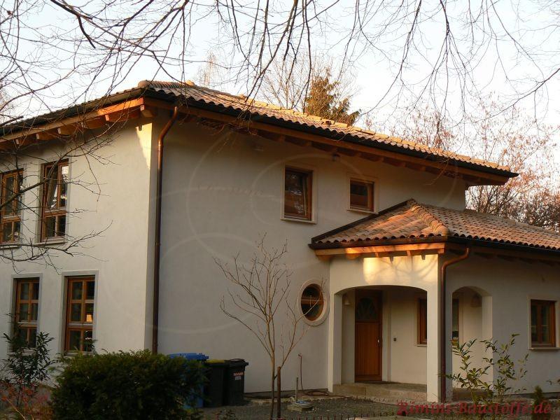 sehr schönes Einfamilienhaus im dezenten mediterranen Stil mit schönen Holzfenstern und passendem Dach