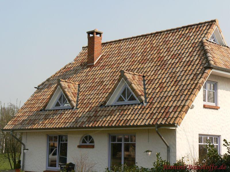 sehr schönes bräunliches Dach mit zwei Gauben zu einer hellen Putzfassade