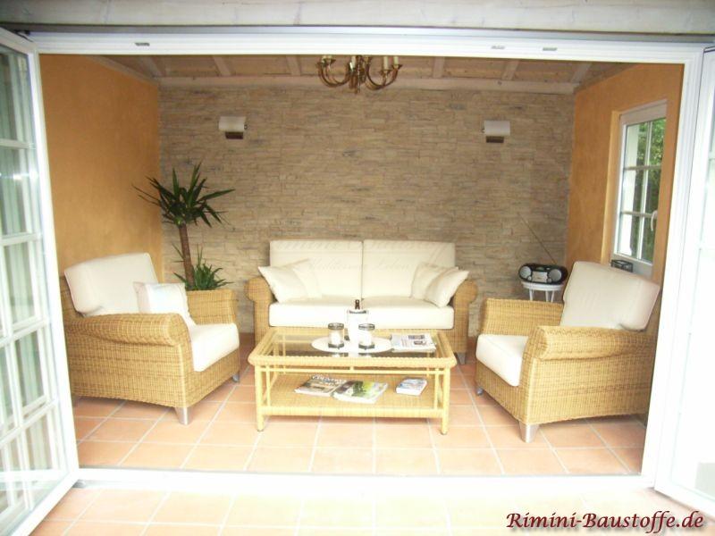 Wohnzimmerwand gemütlich verkleidet in Natursteinoptik