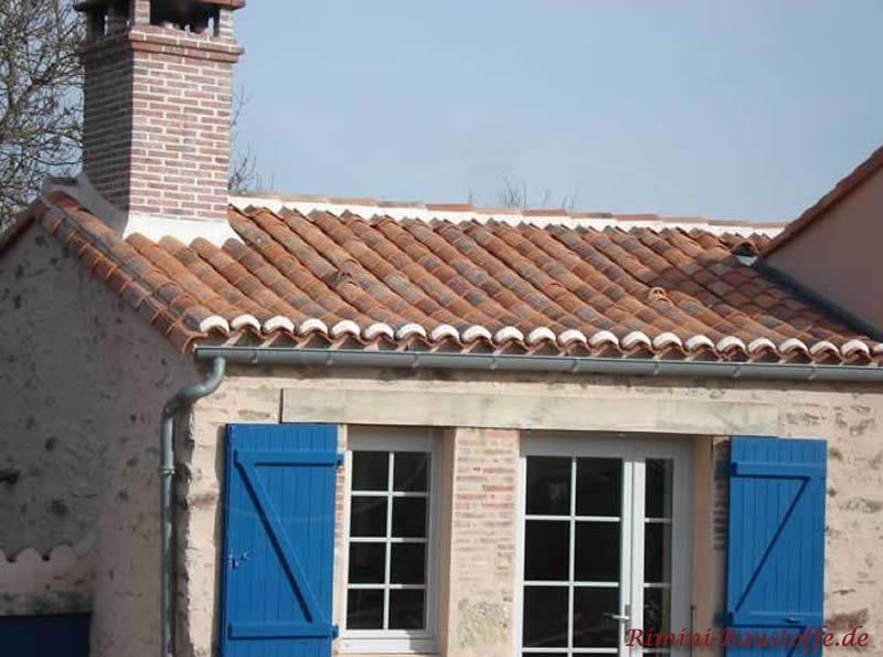 mediterranes Dach mit Halbschalen eingedeckt