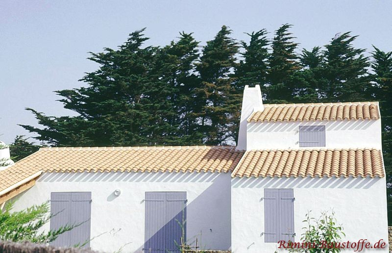 sehr helles Dach aus Halbschalen mit weißer Putzfassade