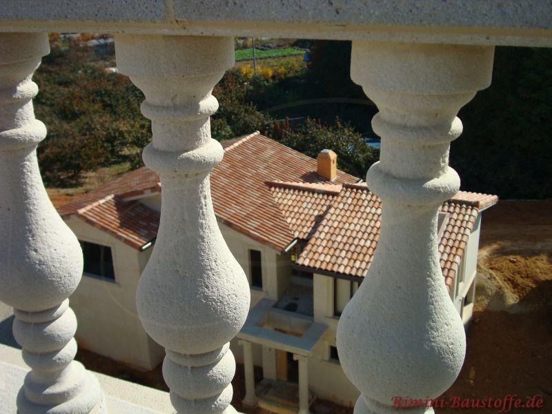 Aufsicht auf ein mit Halbschalen gedecktes Dach