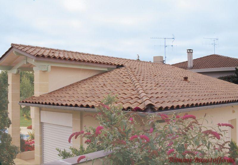 Haus in mediterranem Stil mit Halbschalen eingedeckt