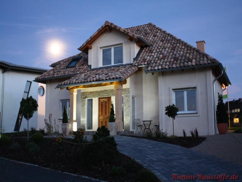 beleuchtetes Einfamilienhaus in der Dämmerung mit sehr schönem Dach