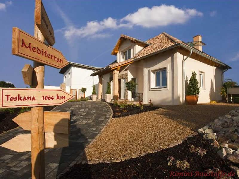 Wohnhaus mit mediterranem Flair durch die helle Putzfassade und das changierende Dach