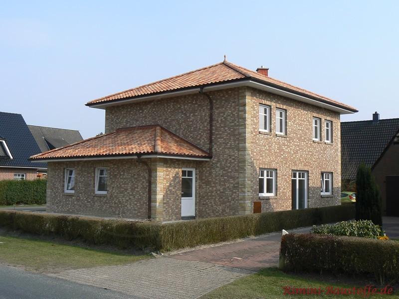 Norddeutscher Klinkerbau mit weißen Fenstern und einem sehr schönen roten Zeltdach