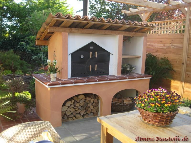 mediterraner Pizzaofen im Garten mit Holzspeicher