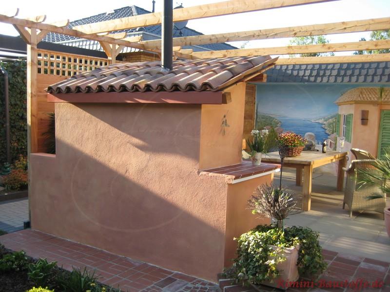überdachter Pizzaofen auf einer Terrasse im mediterranen Stil