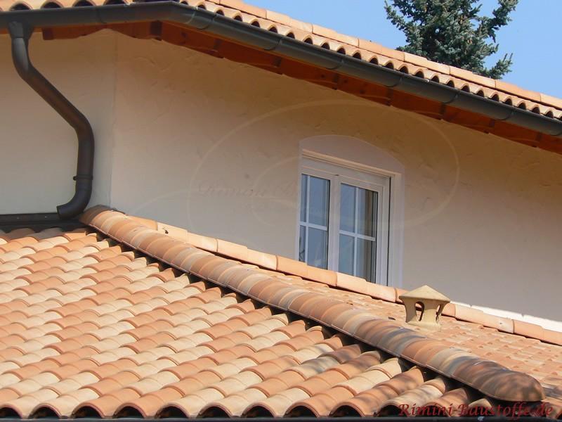 Dachrinne aus Kupfer mit buntem Dach