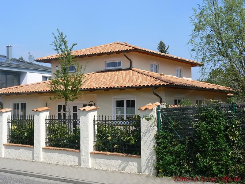 Schmiedereisener Zaun bei mediterranem Haus