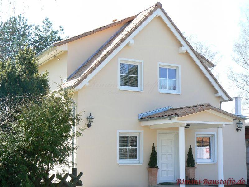 Satteldachhaus mit Gaube und heller Putzfassade