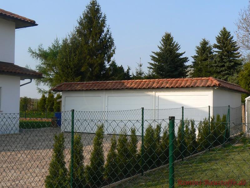 3er Garage in weiß mit schönem roten Dach