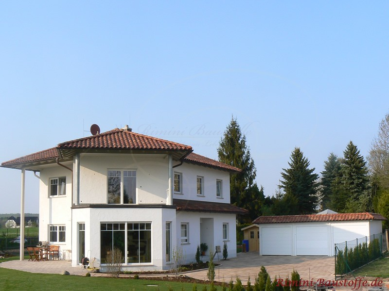 südländische Villa mit weißem Putz und schönem mediterranen Dach