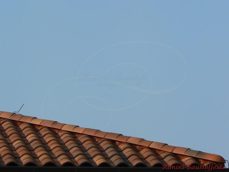 Nahaufnahmes eines Grates eines schönen rotbraunen Daches