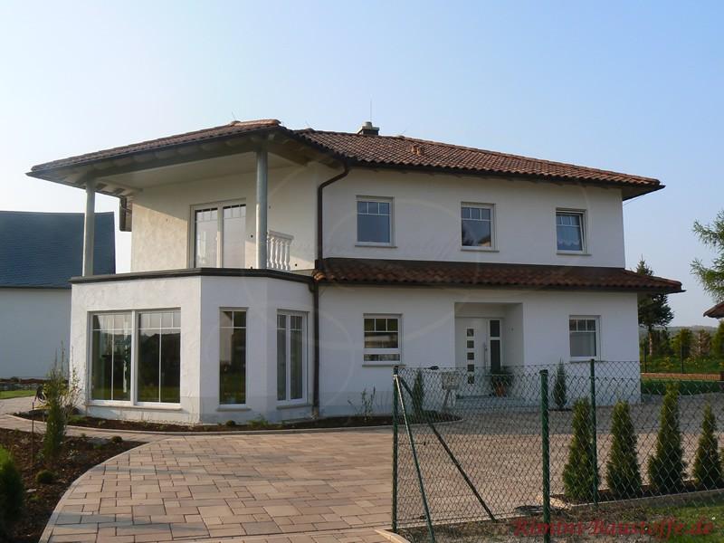 Villa mit weißer Putzfassade im südländischen Stil