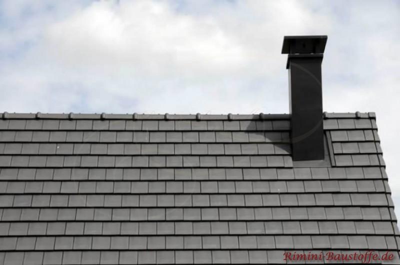 Schwarzes Dach mit noch dunklerem Schornstein. Ein kleinformatige Falzschindel wurde als Dacheindeckung verwendet