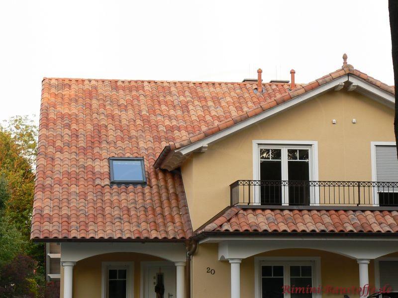 roter mediterraner Dachziegel auf einem Satteldach