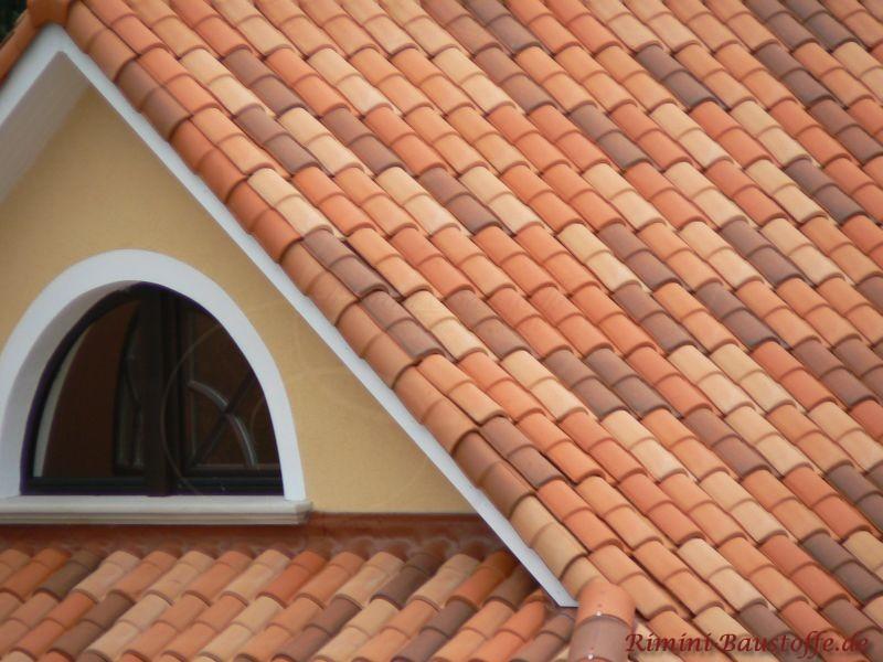 schönes Satteldach in verschiedenen Rottönen mit braunen Hightlights
