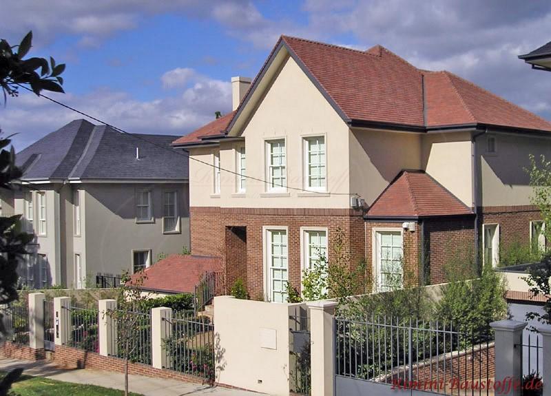 zweigestöckiges Haus mit halbhoher Klinkerfassade und im oberen Teil Putzfassade