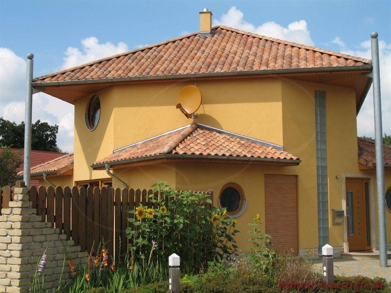 Toscanavilla mit Erkern und Metallsäulen