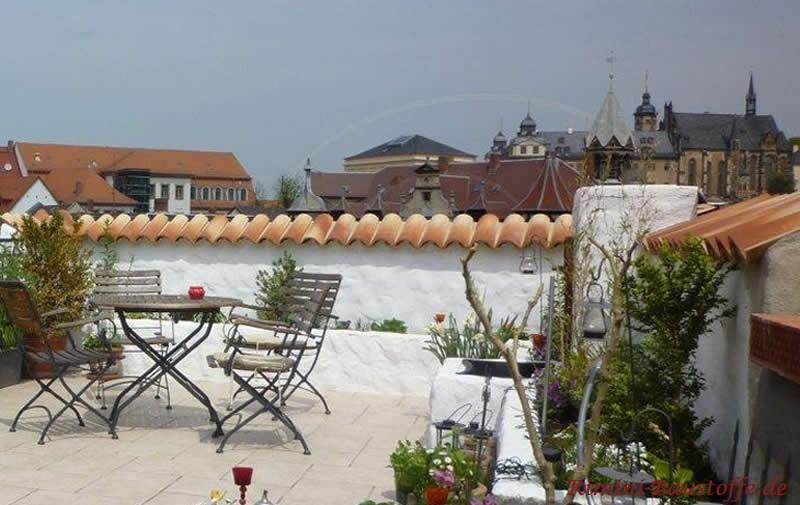 mediterran gestaltete Dachterrasse mit passender Mauerabdeckung