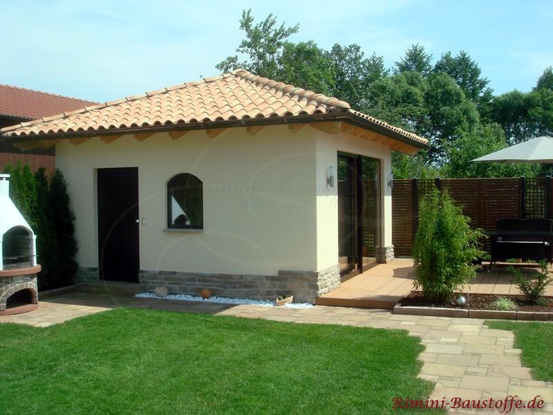 Gartenhaus mit schönen Dachziegeln in der Farbe Terracotta