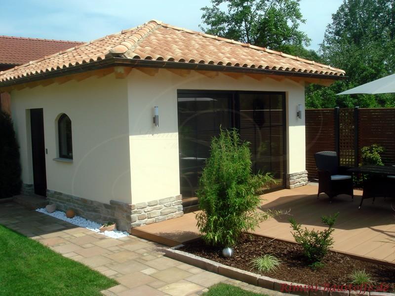 Frontansicht eines mediterranen Pavillons mit zwei aufklappbaren Terrassentüren und Sitzecke im Vordergrund
