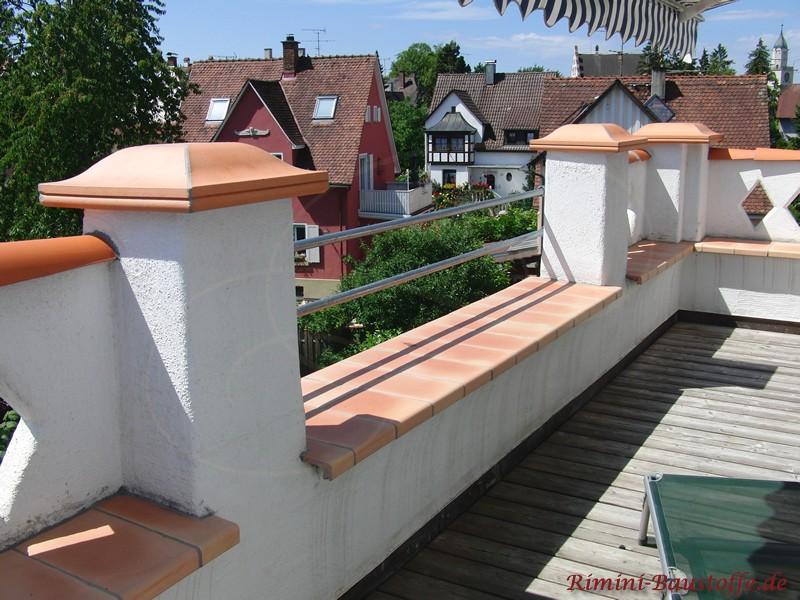 Mauerabdeckung mit schoenen Fensterbaenken