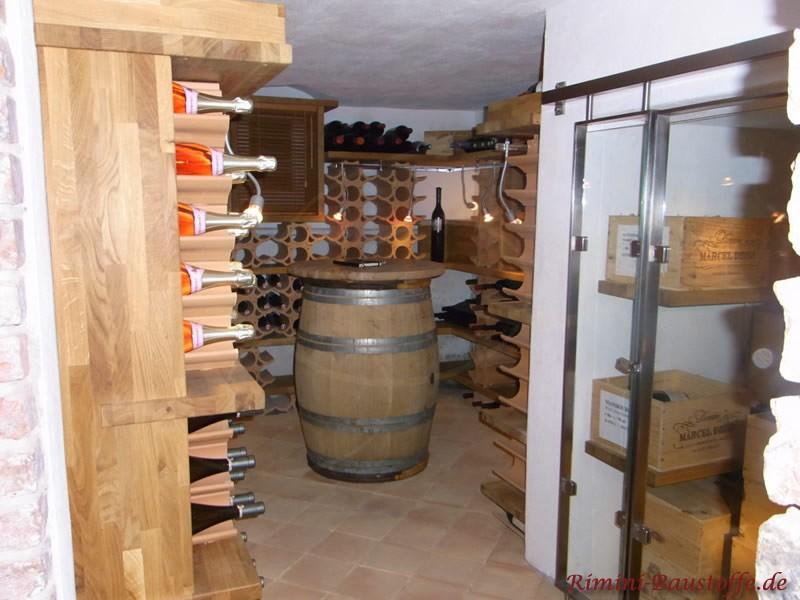 Weinkeller mit großem Holzfass und geschwungenen Weinlagersteinen