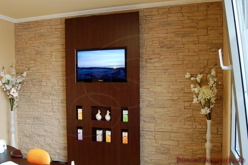 moderne Wandgestaltung in Steinoptik mit integriertem Fernseher