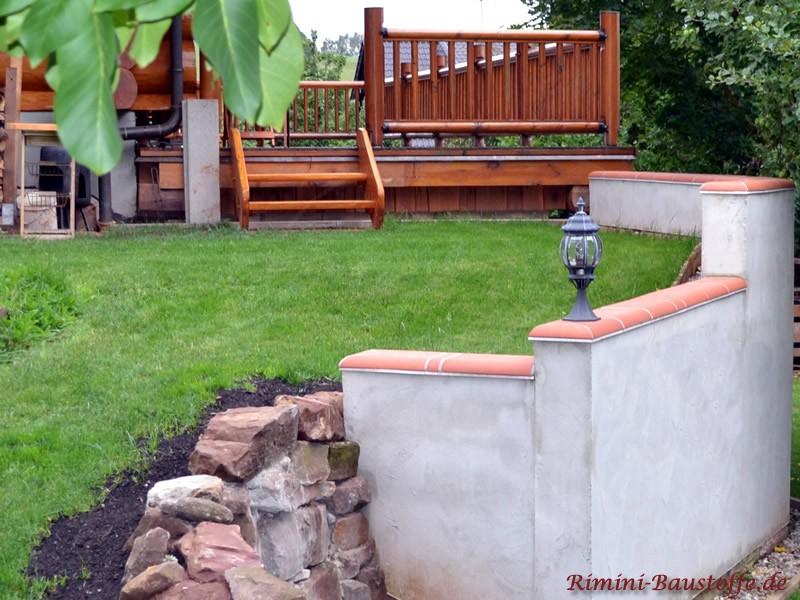 Putzmauer mit Mauerabdeckung und Natursteinen
