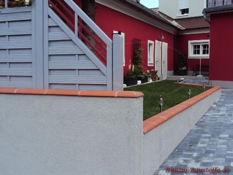 Gartenmauer mit aufgesetztem Zaun