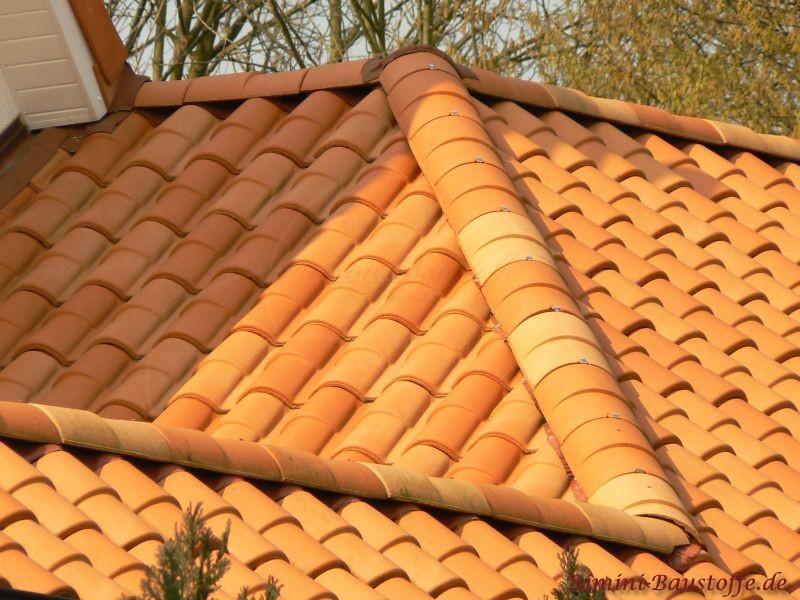 Strohfarbenes Dach aus Frankreich